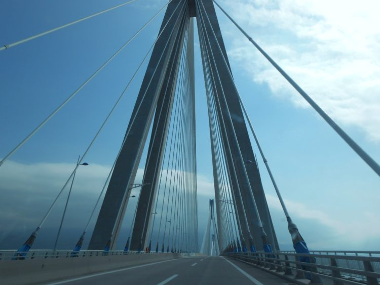 Vi kører over broen til Patras på Peloponnes